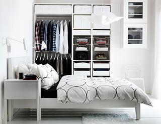 Illuminare la camera da letto con classici lampadari e faretti.